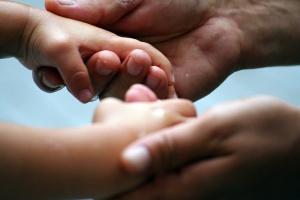 padre e figlio si tengono le mani